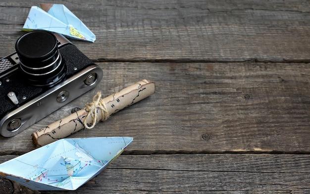 Viaggio, fondo in legno, mappa, macchina fotografica