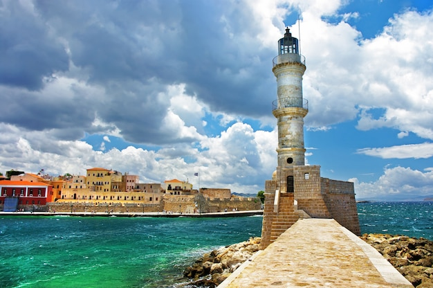 Viaggio in grecia. punti di riferimento dell'isola di creta - faro nella città di chania
