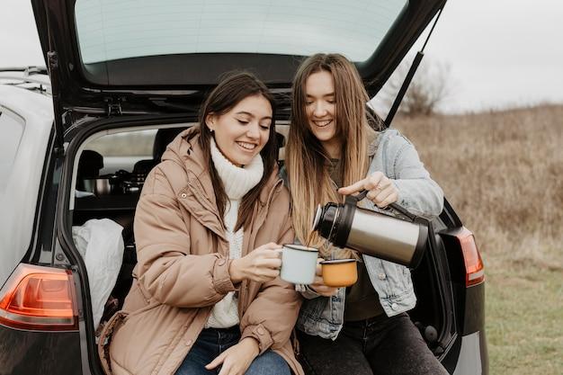 Viaggio lungo angolo di pausa con il tè