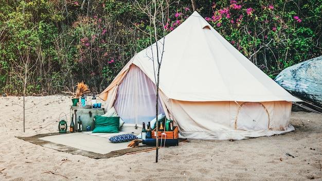 Viaggio selvaggio della tenda che riposa concetto all'aperto di viaggio