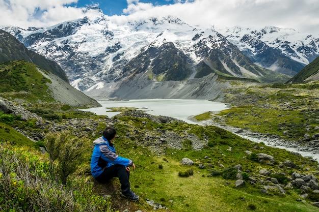 Viandante della montagna che viaggia nel paesaggio della regione selvaggia.