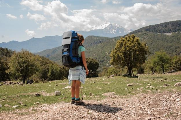 Viandante femminile che esamina la montagna di takhtalydag in turchia