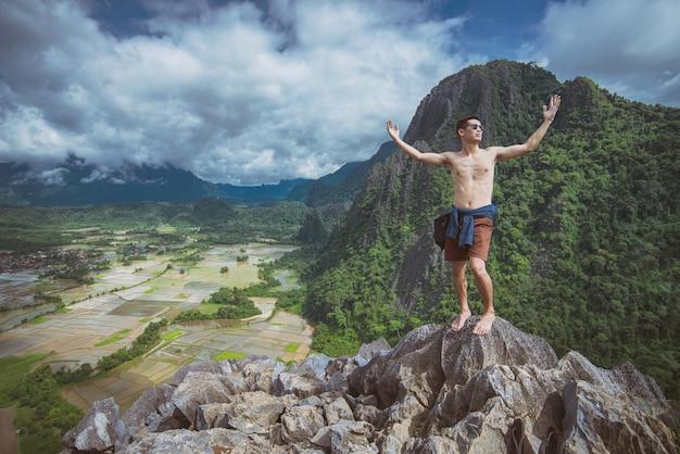 Viandante viaggiatore uomo e felice sensazione nelle montagne di avventura lifestyle