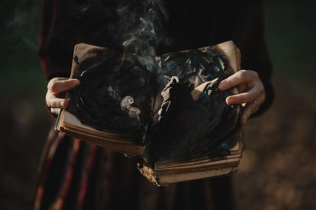 Vibrazioni autunnali. stile gotico donna castana in panno rosso scuro