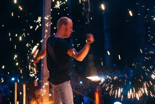 Vichuga, russia - 17 giugno 2018: spettacolo di fuoco, un uomo fachir agitando le torce accese