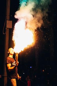 Vichuga, russia - 17 giugno 2018: spettacolo di fuoco, uomo fachiro fa la presentazione notturna