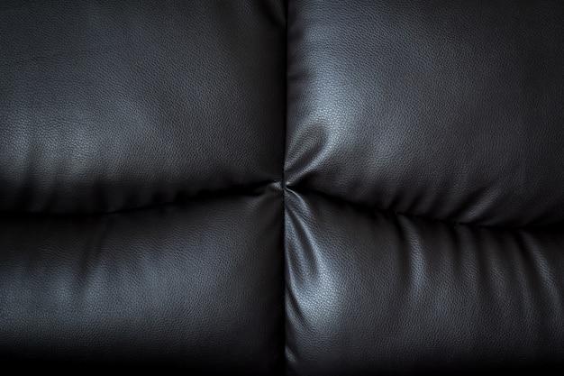 Vicino al divano di pelle nera e testurizzati e sfondo con spazio.