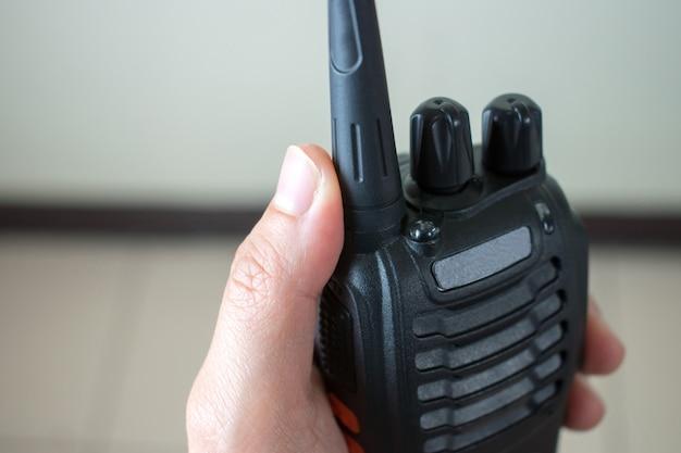 Vicino alla mano usando la comunicazione radio.