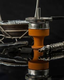 Vicino della ciotola e del tubo del carbone del narghilé
