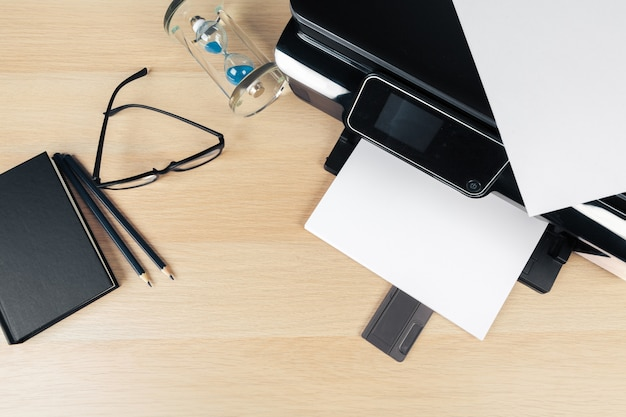 Vicino schermo della stampante moderna in ufficio