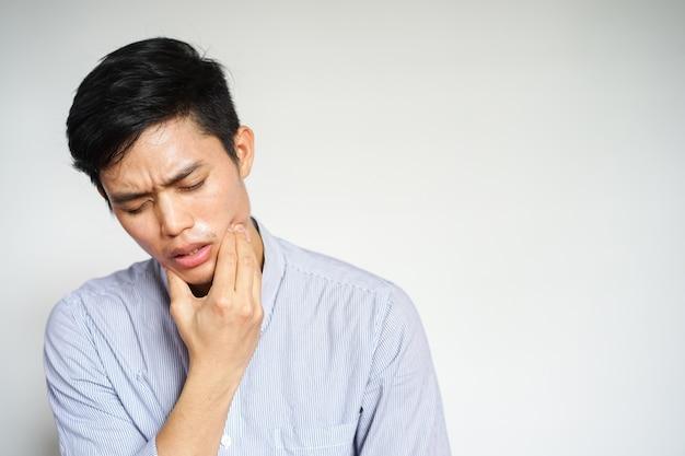 Vicino uomo asiatico sentimento dolore da mal di denti
