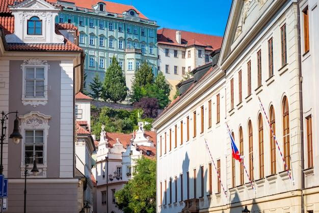 Vicolo nella zona del castello di praga. praga, repubblica ceca.