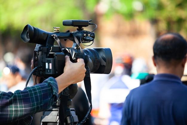 Videocamera che funziona con la copertura di un evento