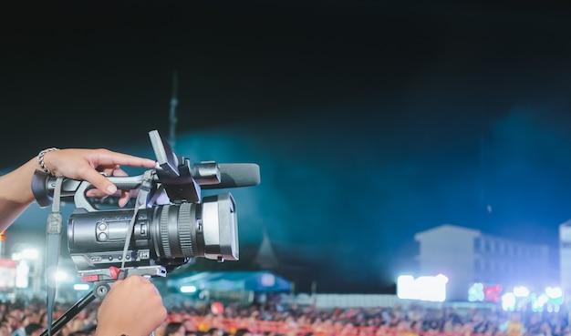 Videocamera digitale professionale che registra video nel festival di concerti di musica