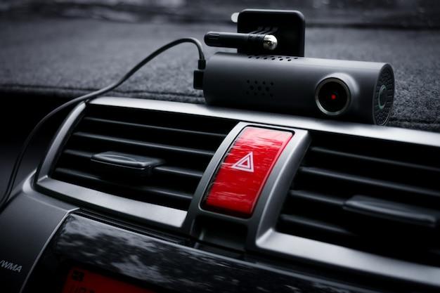 Videocamera per auto (dash cam) e pulsante della luce di emergenza in auto, concetto di autovelox per la protezione dell'auto, tecnologia per la sicurezza
