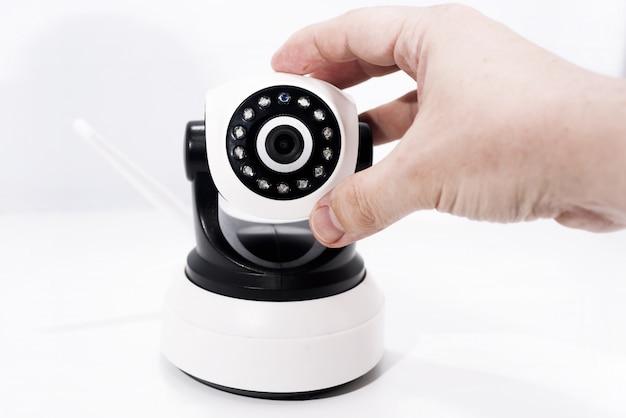 Videocamera spia isolata su sfondo bianco.