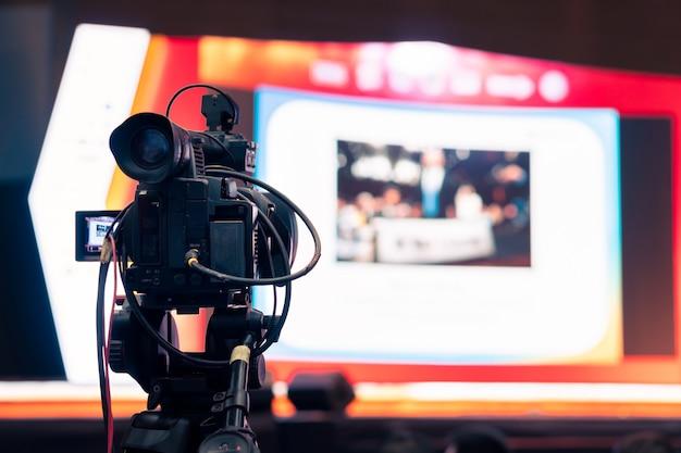 Videocamera uomo registrazione live show trasmissione digitale di eventi del seminario di settore