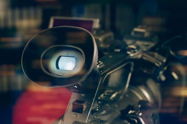Videocamera video professionale in studio con sfondo sfocato