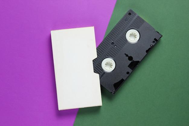 Videocassetta retrò con coperchio sulla superficie della carta a colori.