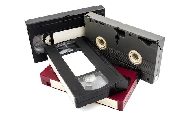 Videocassette su sfondo bianco.