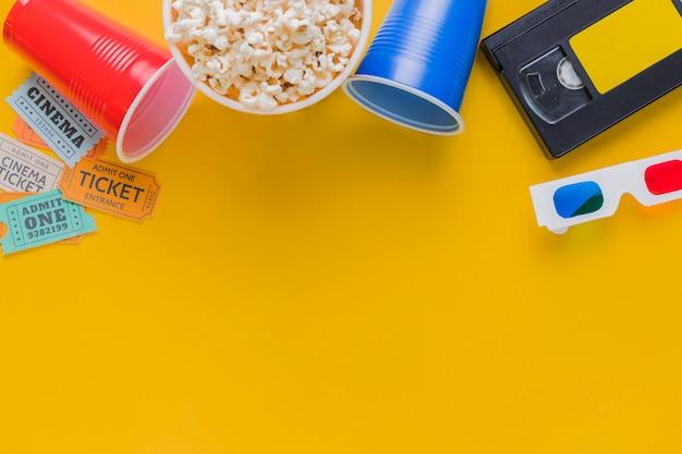 Videotape con popcorn e occhiali 3d