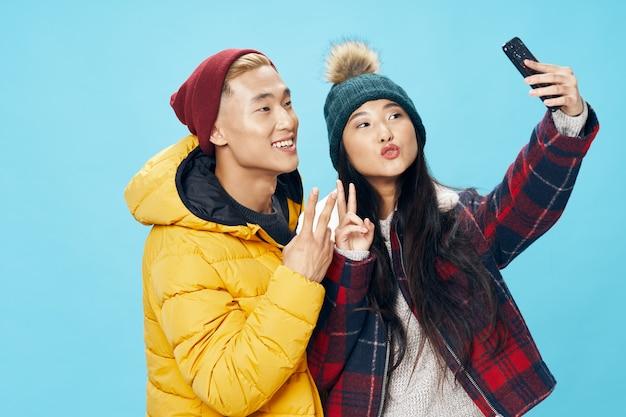 Viene fotografata una donna di aspetto asiatico con un cellulare