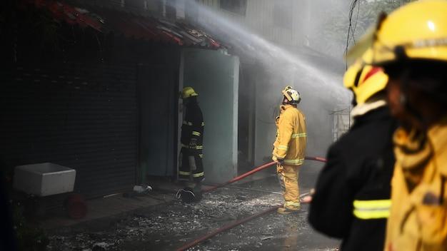 Vigile del fuoco che lavora incidente reale in tailandia.
