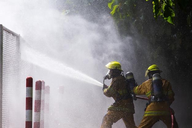 Vigile del fuoco sul fuoco