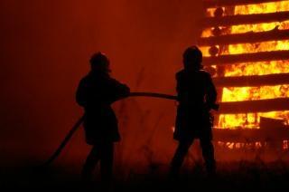 Vigili del fuoco a lavoro, fiammata