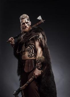 Viking vestito con la pelle di un orso con un'ascia