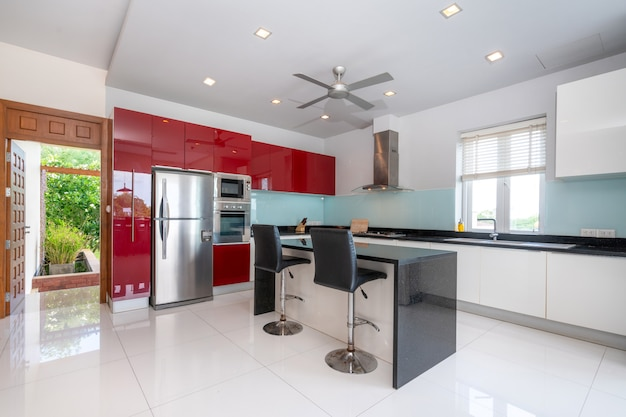 Villa con piscina interna di design in zona cucina con bancone dell'isola