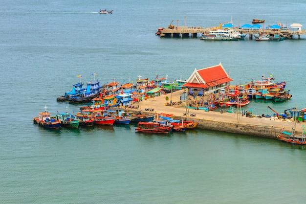 Villaggio alla linea costiera in tailandia