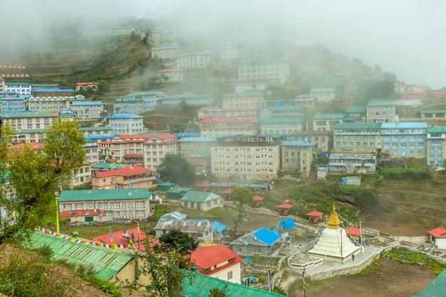 Villaggio di namche bazaar sulla strada per il campo base dell'everest, regione del khumbu, nepal himalaya.