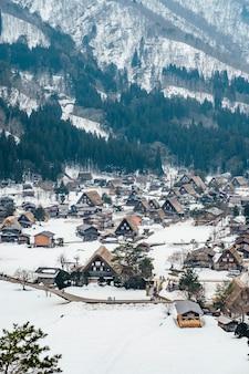 Villaggio di neve a shirakawago, in giappone