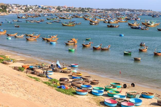 Villaggio di pescatori sulla spiaggia del vietnam del sud