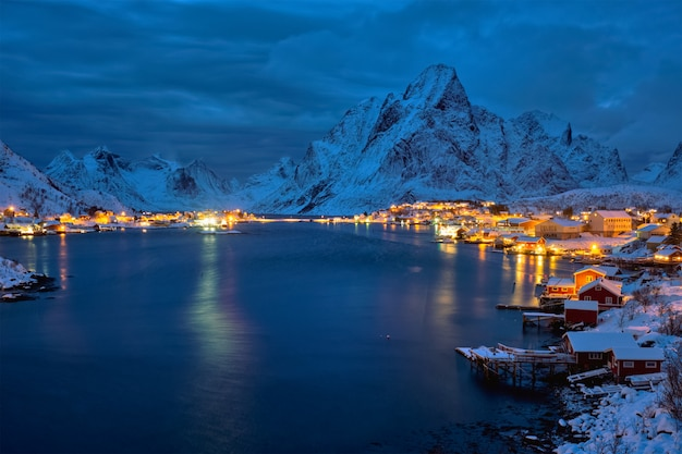 Villaggio di reine di notte. isole lofoten, norvegia