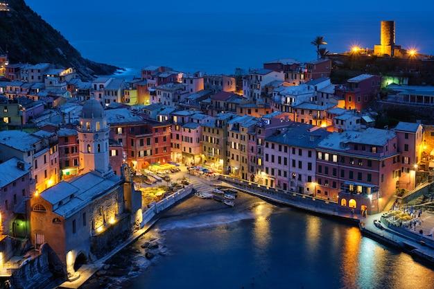 Villaggio di vernazza illuminato nella notte, cinque terre, liguria, italia