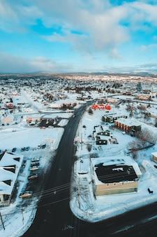 Villaggio durante l'inverno e il giorno