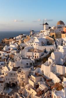 Villaggio greco sull'isola di santorini all'alba