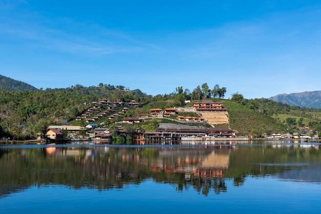 Villaggio, lago e cielo tailandesi di rak a mae hong son province, tailandia