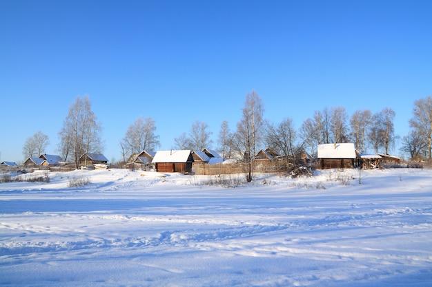 Villaggio nella neve sul fiume costa