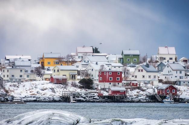 Villaggio scandinavo colorato sulla costa in inverno a lofoten