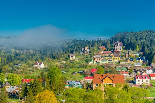 Villaggio ucraino colorato sulle colline di montagna al mattino