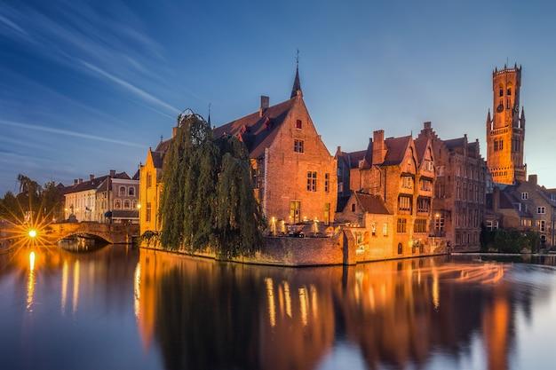 Villaggio vicino al fiume in belgio