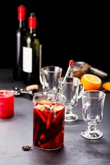 Vin brulè. bevanda riscaldante invernale dal vino.