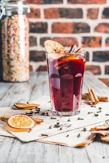 Vin brulè con cannella e zucchero e frutta secca