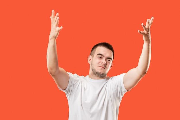 Vincere l'uomo di successo felice estatico che celebra essere un vincitore. immagine energetica dinamica del modello maschile