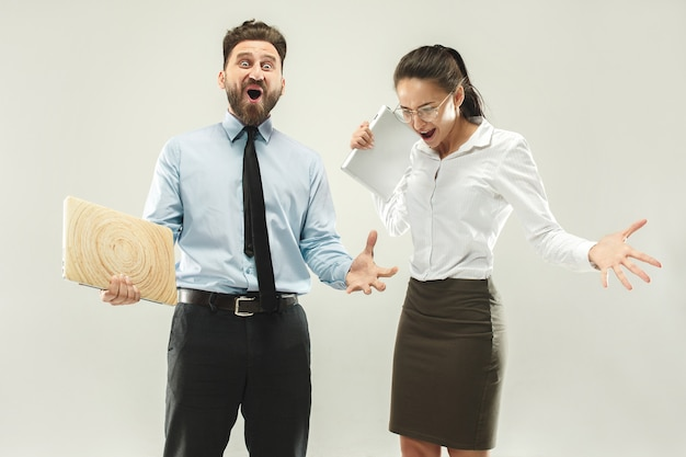 Vincere successo donna e uomo felice estatico celebrando essere un vincitore.