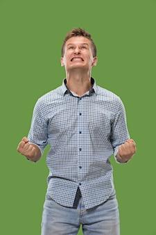 Vincere successo uomo felice estatico celebrando essere un vincitore. immagine energetica dinamica del modello maschile