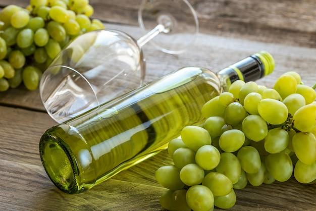 Vino bianco con grappolo d'uva